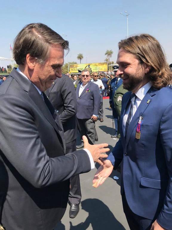 Em agosto de 2019, o presidente Jair Bolsonaro entrega Medalha do Pacificador ao secretário-executivo da Casa Civil, Vicente Santini, destituído do cargo após usar um jato da FAB (Força Aérea Brasileira) para viajar à Índia