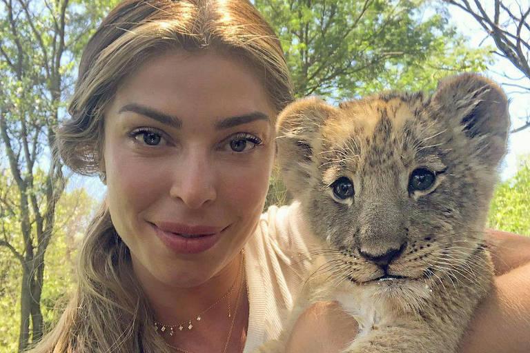 Grazi Massafera posa com animal selvagem na África do Sul