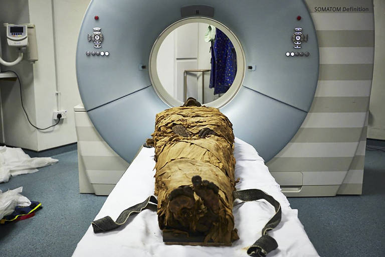 In an undated photo from Leeds Teaching Hospitals/Leeds Museums and Galleries, the mummy of Nesyamun, a priest who lived in Thebes about 3,000 years ago, ready for CT scanning. Scientists used a 3-D printer, a loudspeaker and computer software to recreate a part of the voice of a 3,000-year-old mummy. (Leeds Teaching Hospitals/Leeds Museums and Galleries via The New York Times)  -- NO SALES; FOR EDITORIAL USE ONLY WITH NYT STORY MUMMY 3D MOUTH  BY NICHOLAS ST. FLEUR FOR JAN. 23, 2020. ALL OTHER USE PROHIBITED. --