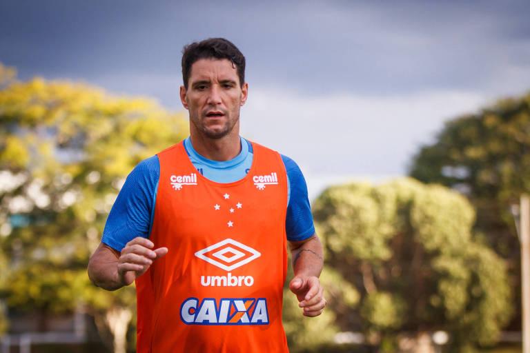 O meia Thiago Neves participa de treino do Cruzeiro na Toca da Raposa; jogador vai defender o Grêmio