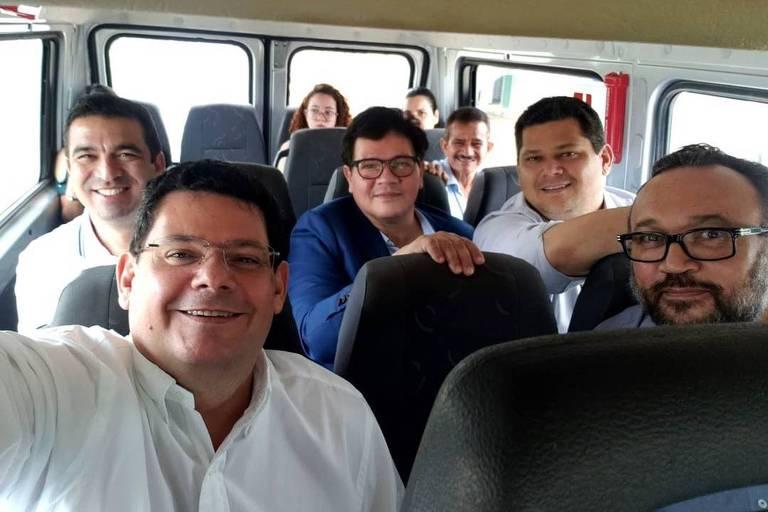 O presidente do Senado, Davi Alcolumbre (segundo da dir. para esq.) acompanha seu irmão, Josiel (de branco à frente), pré-candidato à Prefeitura de Macapá