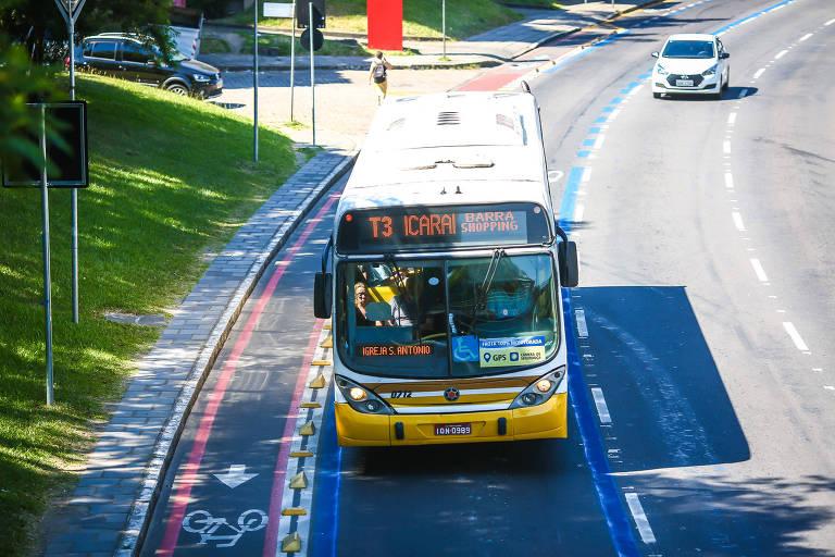 Ônibus trafega em nova faixa exclusiva em Porto Alegre; prefeitura quer tarifa grátis para trabalhador