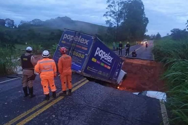 Pista de rodovia afunda na altura da cidade de Tabuleiro, em Minas Gerais.