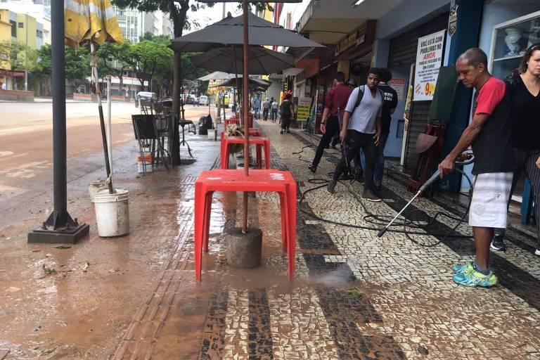 Entorno do Mercado Central, um dos principais pontos turisticos de BH, amanheceu com barro depois de alagamento inédito nos últimos anos