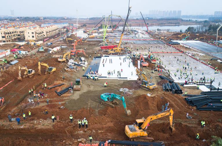 Trabalhadores constroem hospital de emergência em Wuhan; veja fotos de hoje