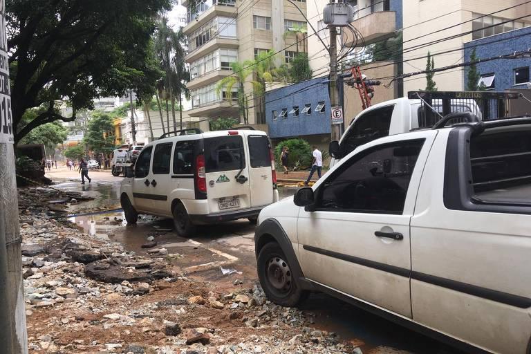 Chuva alaga avenidas e arrasta carros em BH