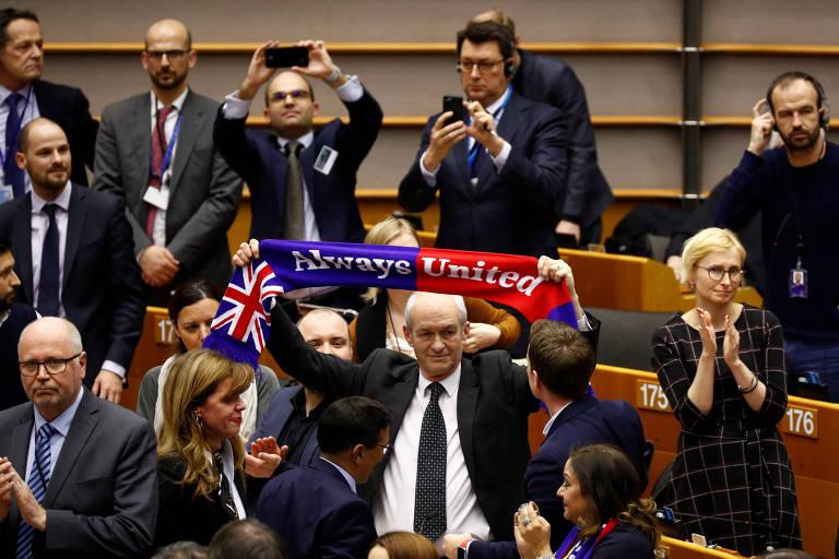 Membros britânicos do Parlamento Europeu, em Bruxelas, celebram aprovação do pacto de saída