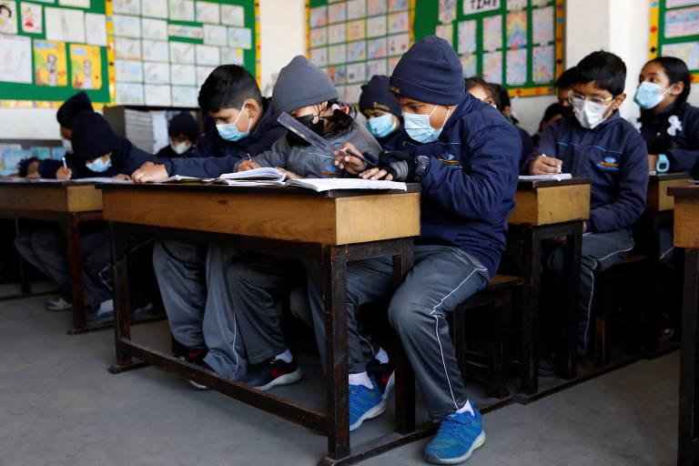 Crianças usam máscaras em escola no Nepal, que já tem caso confirmado de coronavírus