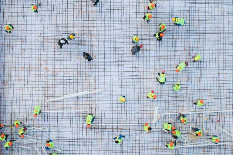 Imagem de 28 de janeiro de 2020 mostra trabalhadores construindo hospital de emergência em Wuhan