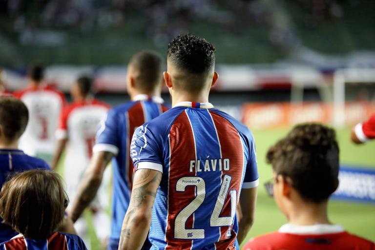 Flávio entrando em campo com a camisa 24 antes da partida contra o Imperatriz