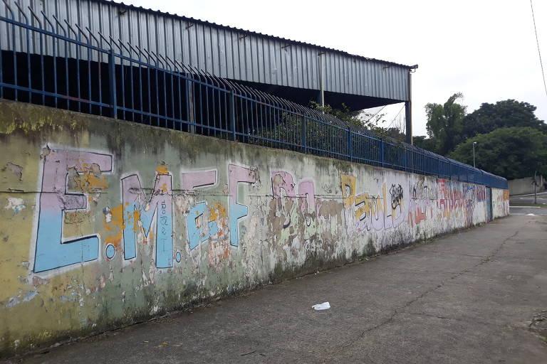 Muro com pintura descascada da EMEF Dom Paulo Rolim Loureiro, no bairro Cidade Nova São Miguel, zona leste de São Paulo