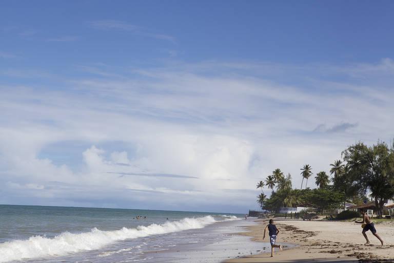 Banhistas jogam frescobol na praia do Pontal, em Pitimbu (PB)
