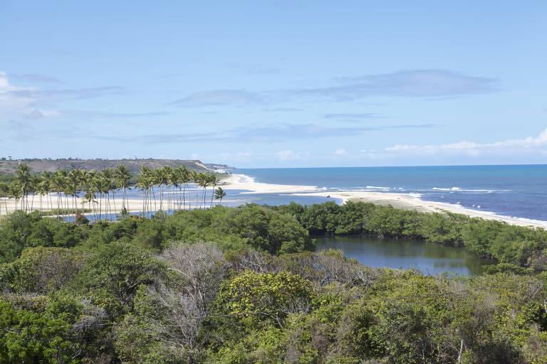 Estuário do rio Abiaí, com a praia da Barra do Abiaí ao fundo, em Pitimbu (PB)