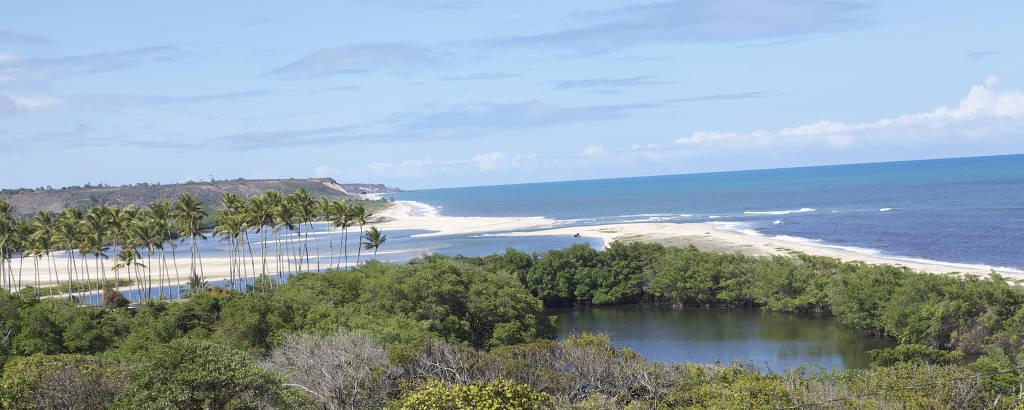 Estuário do rio Abiaí, com a praia da Barra do Abiaí ao fundo,  em Pitimbu