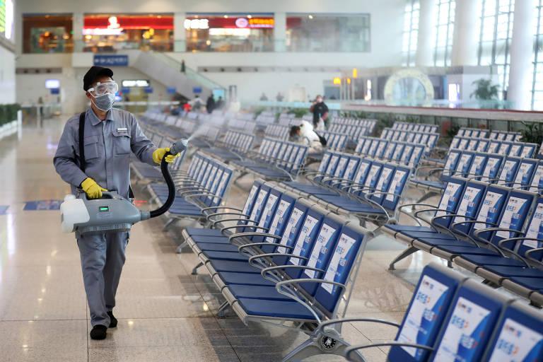 Trabalhador em na estação de Nanjing, na província de Jiangsu; região  responde por mais de 10% do PIB