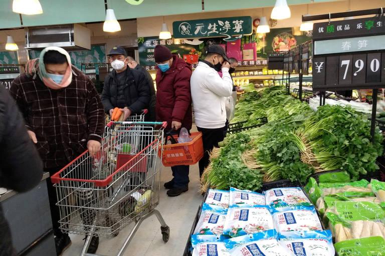 Pessoas usando máscara em supermercado de Wuhan, na província de Hubei, epicentro do coronavírus