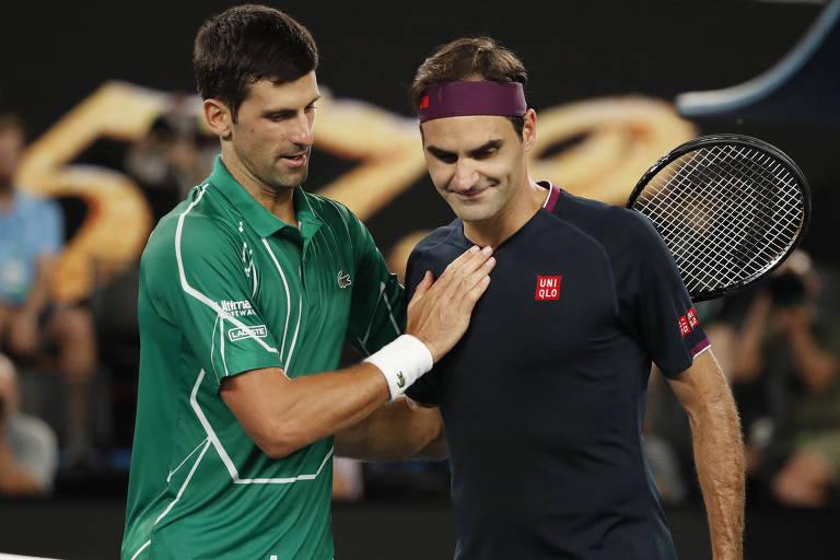 Novak Djokovic e Roger Federer se cumprimentam após a semifinal
