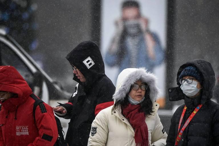 Turistas andam em Moscou protegidos por máscaras diante do temor do coronavírus