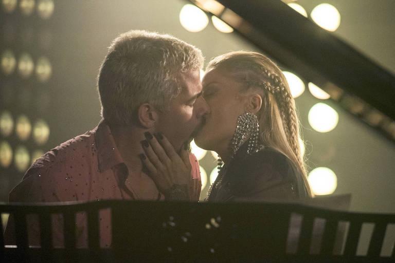Mel (Luísa Sonza) beija Ryan (Thiago Martins), que corresponde e Marina termina o namoro com o cantor