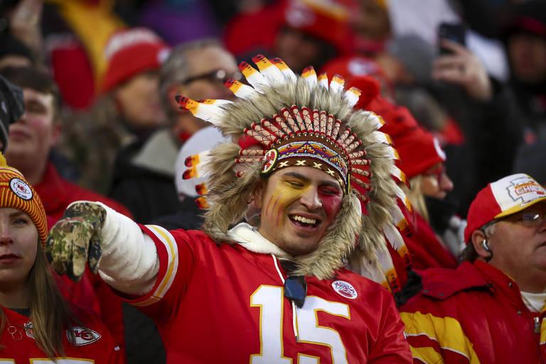 Apesar de os Chiefs pedirem para seus torcedores não se vestirem com adereços indígenas, isso nem sempre é respeitado