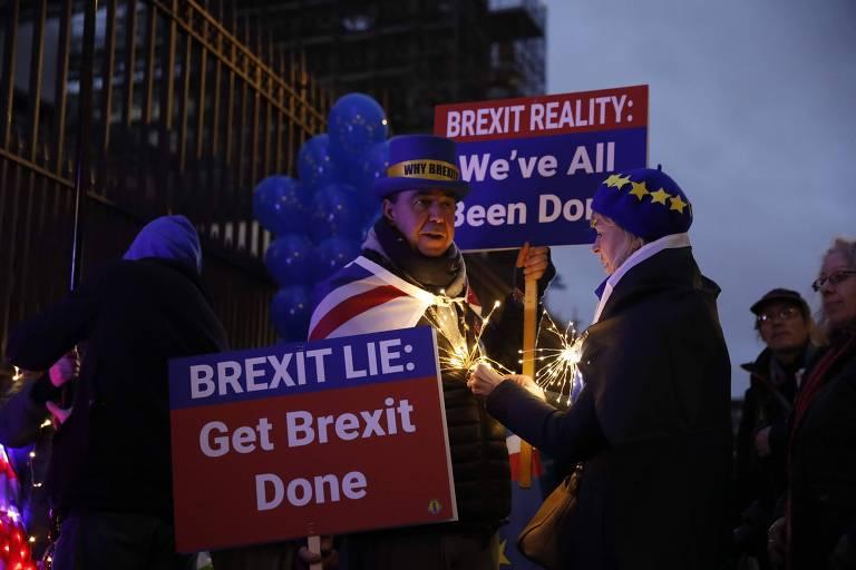 Manifestantes antibrexit protestam com cartazes em frente ao Parlamento britânico, em Londres