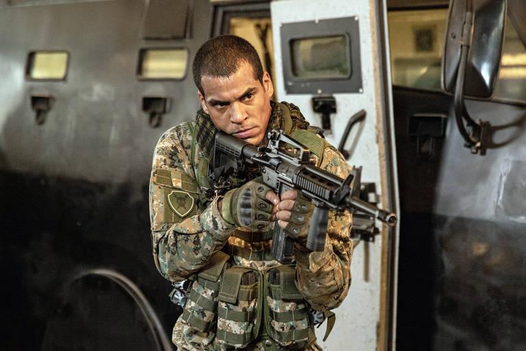 Arcanjo Renegado' com  Mikhael (Marcelo Mello Jr.)