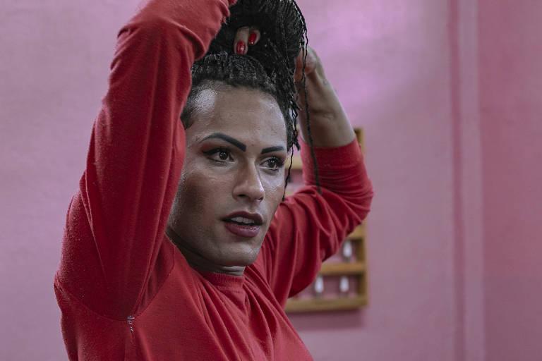 Shakira Avelascks (24) estreia salão de beleza da ala LGBT do presídio Professor Jason Soares Albergaria