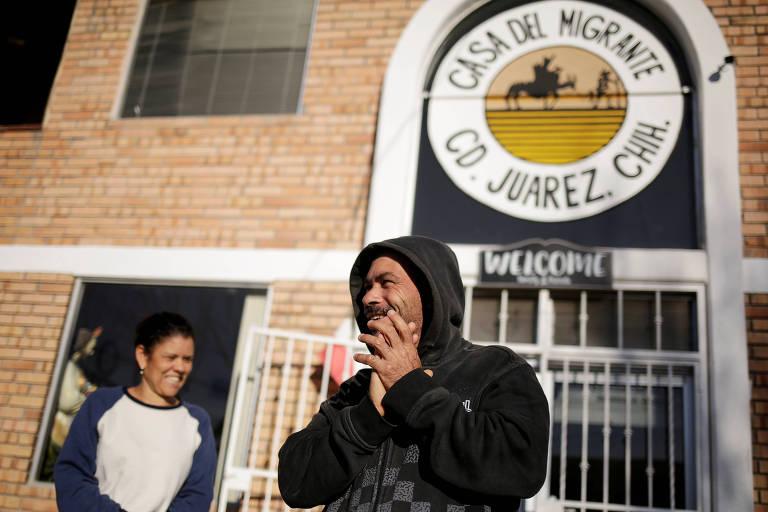 Os casal brasileiro Adimar de Clavarlho Silva e Maria Aparecida Cavarlho Silva em abrigo em Ciudad Juárez, no México