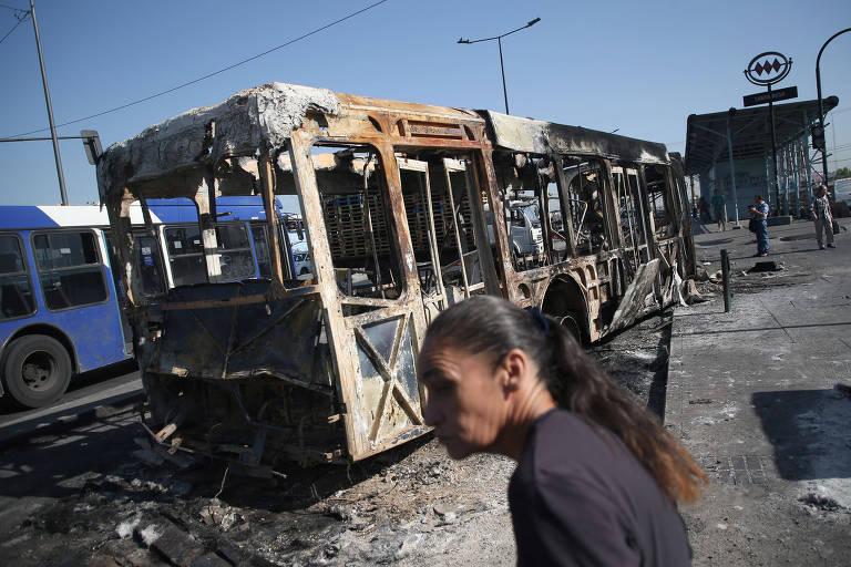 Ônibus queimado após manifestações desta quinta-feira (30) em Santiago, no Chile