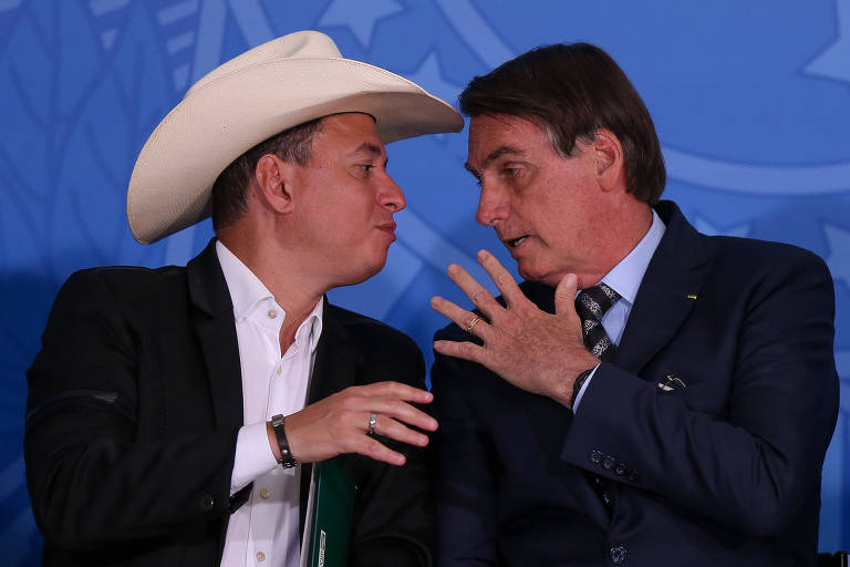 O presidente Jair Bolsonaro, ao lado do locutor de rodeios Cuiabano Lima,