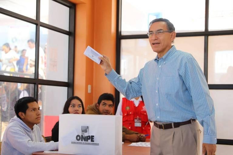O presidente do Peru, Martin Vizcarra, exibe cédula de votação em Lima
