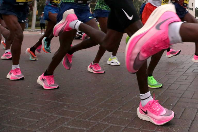Maratonistas calçados com a Nike Vaporfly durante a Maratona de Dubai