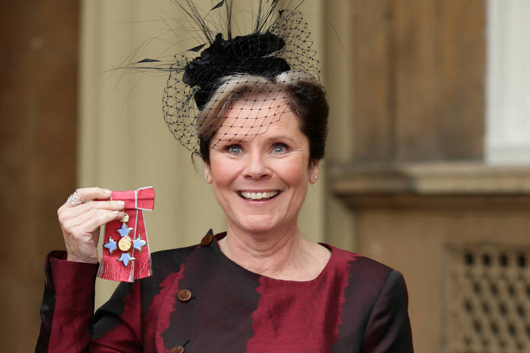 Imelda Staunton recebe medalha por serviços prestados ao teatro em cerimônia no Palácio de Buckingham
