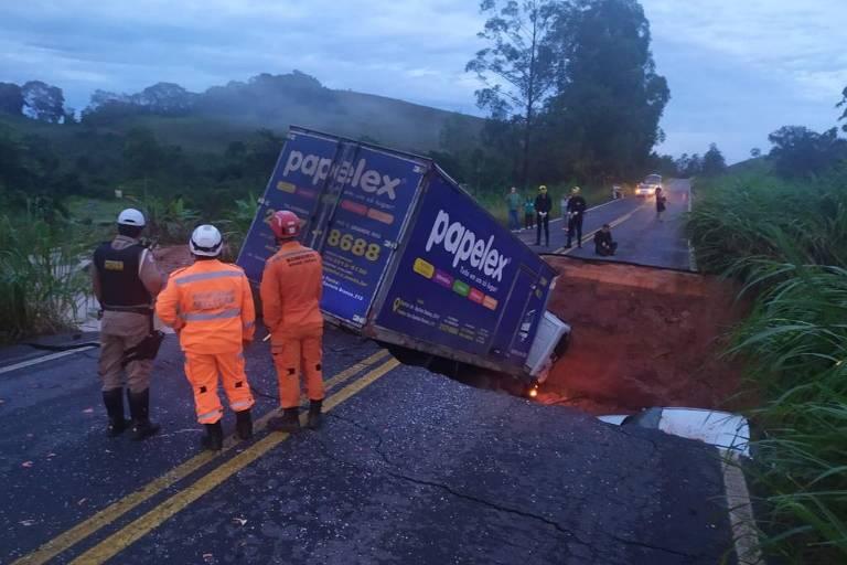 Cratera que engoliu dois carros e dois caminhões na rodovia MG-113, na altura da cidade de Tabuleiro, após as fortes chuvas no estado