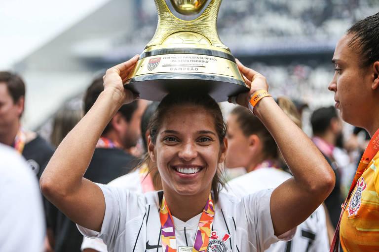 A jogadora Milene Fernandes com o troféu do Campeonato Paulista de 2019, conquistado pelo Corinthians