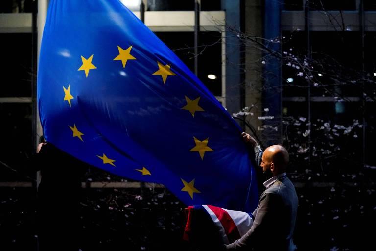 Bandeira do Reino Unido é substituída pela da União Europeia na sede do Parlamento Europeu, em Bruxelas