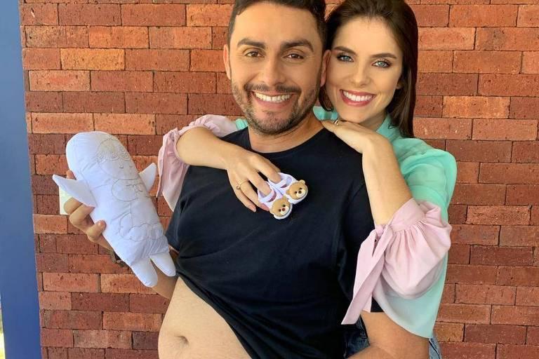 Mano Walter e a esposa anunciam gravidez