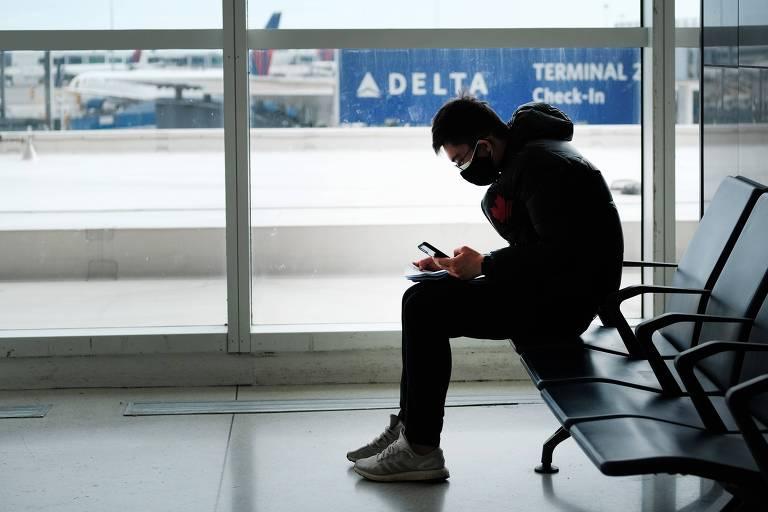 A epidemia também tem afetado aeroportos, com empresas cancelando ou alterando vôos com passagem na China
