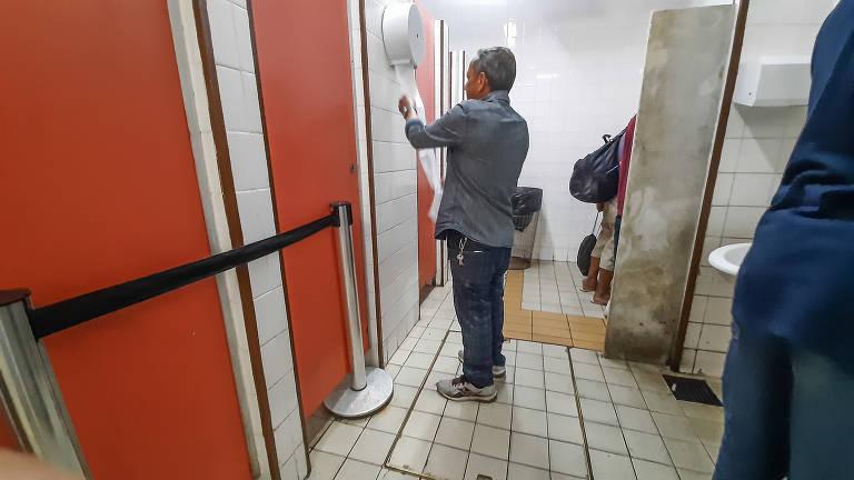 Metrô de SP fecha banheiro na Sé e oferece alternativa precária