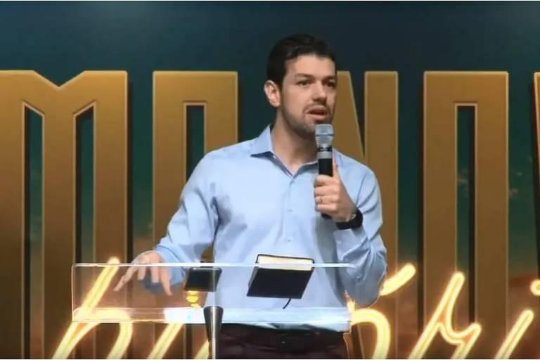 O pastor Emerson Patriota, da Igreja Presbiteriana de Londrina (PR), pede assinaturas para criação da Aliança pelo Brasil durante culto