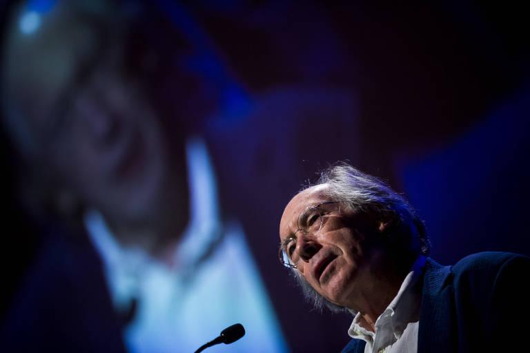 O escritor britânico Ian McEwan durante apresentação no Fronteiras do Pensamento, em São Paulo