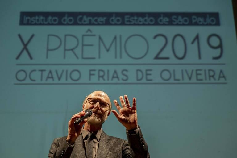 O apresentador Odilon Wagner gesticula com as mãos durante cerimônia de entrega do Prêmio Octavio Frias de Oliveira em 2019