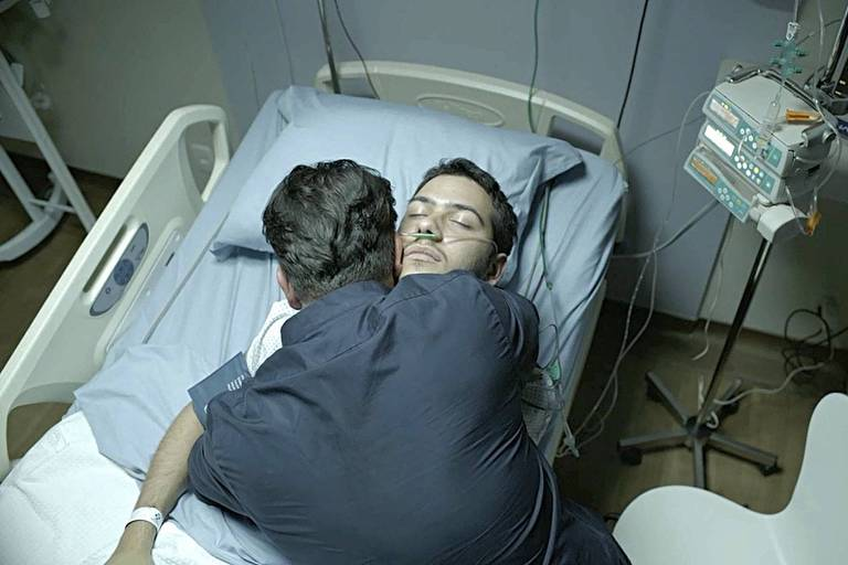 """Vinícius (Antonio Benício) morre nos braços do pai, Raul (Murilo Benício), em """"Amor de Mãe"""""""