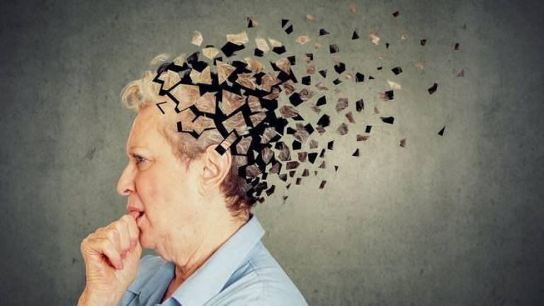 Mulher idosa coloca a mão na boca. Sua cabeça está se dissolvendo em vários fragmentos