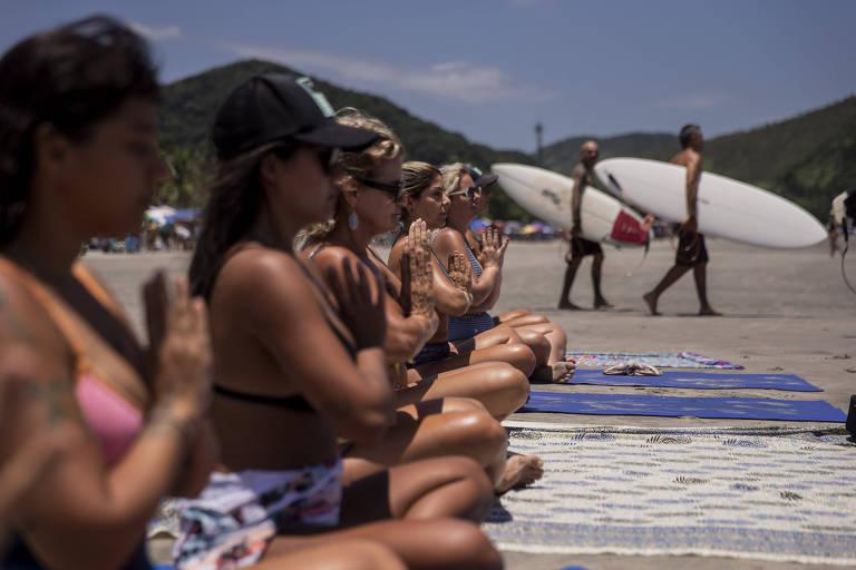 Surfe espiritual une ioga ao mar para despertar poder feminino