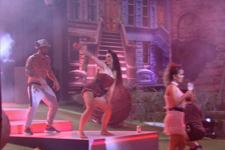 Bianca dança com Hadson na festa Gatos e Ratos