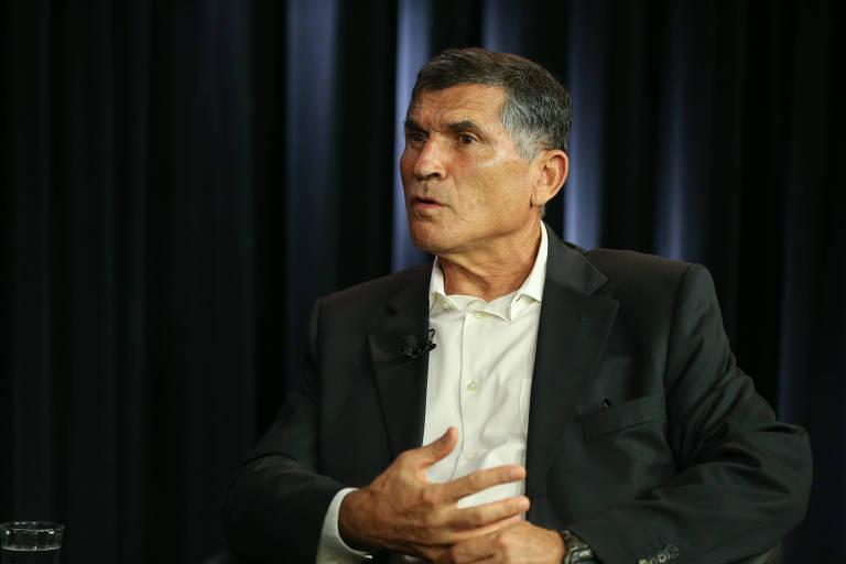 O general Santos Cruz, ex-ministro da secretaria de governo de Bolsonaro, durante entrevista no estúdio Folha/UOL