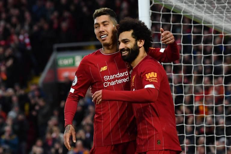 Mohamed Salah (à dir.) comemora com o brasileiro Roberto Firmino o terceiro gol do Liverpool sobre o Southampton