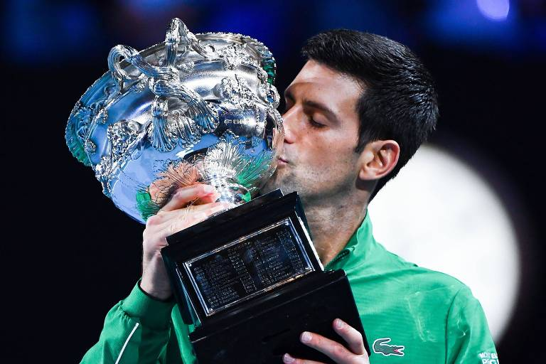 Novak Djokovic beija o troféu de campeão do Australian Open