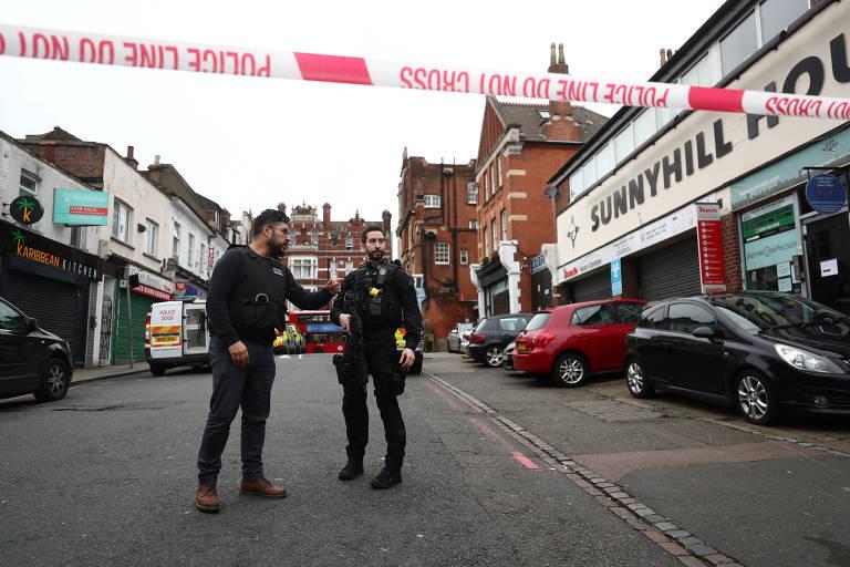 Polícia faz isolamento da área em que um homem foi morto depois de ferir pessoas a faca em Streatham, Londres